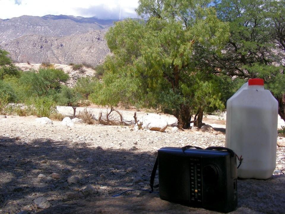 La radio acompaña a quien lleva los animales a pastar