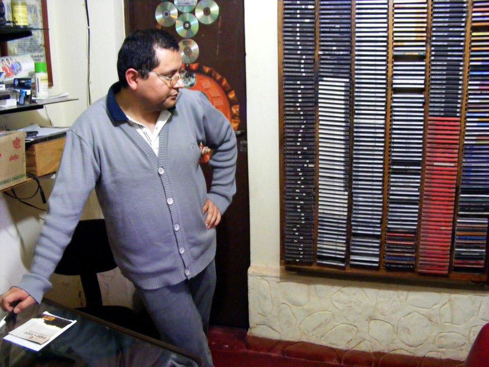 Héctor coordina la radio