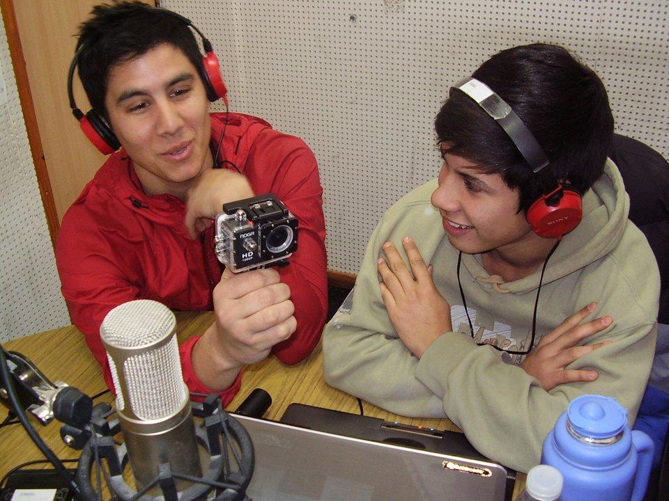 Leonel conduce y Santiago registra para el canal
